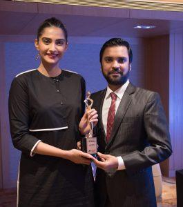 Karan Gupta presenting the I Am Woman 2017 award to Sonam Kapoor