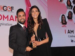 Karan Gupta presenting the I Am Woman 2017 award to Sushmita Sen
