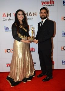 Karan Gupta presenting the I Am Woman 2017 award to Mrs. Amruta Fadnavis
