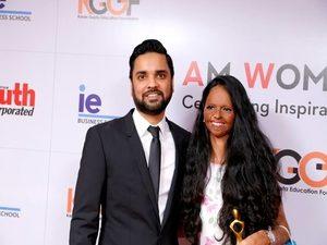 Karan Gupta presenting the I Am Woman 2017 award to Laxmi Agarwal, Acid Attack Victim